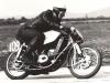 Adolf Heck, NSR, Adler 250. Keď podľa nového predpisu FIM boli v roku 1950 zakázané preplňované motory, začali vo Frankfurte vo fabrike Adler vyvíjať dvojvalcovú dvojtaktnú 250-tku so symetrickým sáaním, dvoma karburátormi, ktorého vývoj a výrobu v začiatkoch podporoval Helmut Hallmeier, špičkový jazdec NSU Sportmax, viacnásobný víťaz VC v Brne. Na obrázku je model s vodným chladením, ktoré v roku 1953 v Adleri použili na dvojvalcovej dvojtaktnej 250-tke ako prví na svete. Motocykel mal pôvodne vpredu paralelogramovú kývačku, ktorú v tomto prípade nahradili zložitejšou Earlesovho typu