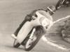 """Edo Bertoli pre sezónu 1963 nahradil kývačku monobloka klasickou prednou vidlicou z Nortona s dvojkľúčovou bubnovou brzdou z ESA. S touto kombináciou bol veľmi spokojný a v Rosiciach 9.5.1963 jazdil """"fest"""". Aké však bolo naše sklamanie, keď sme na bubne po tomto preteku našli priečnu prasklinu"""