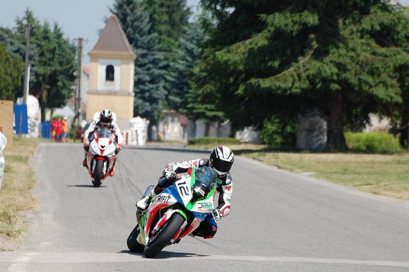 Záber z vlaňajšej kvalifikácie triedy nad 600, Nechvátal pred Bičištěm. V samotných pretekoch bolo poradie opačné.