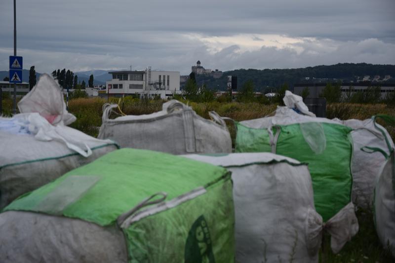 Bariéry a v pozadí Trenčiansky hrad. Reálne svedectvo o tom, že sa preteky motocyklov vracajú do mesta na Považí.