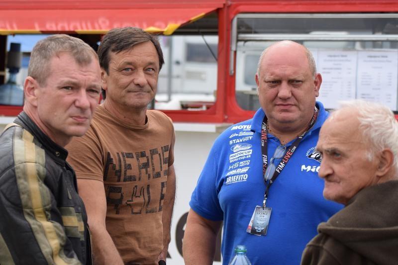 Vedľa hlavného športového komisára podujatia, Miloša Baláža, je v hnedom tričku Kvetoslav Samák, trojnásobný majster Československa z Trenčína