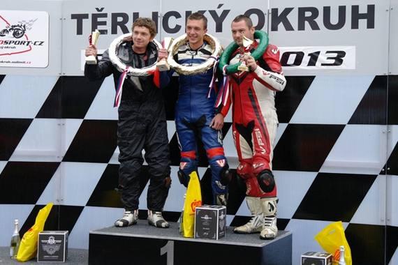 Pódium po pretekoch triedy 400: 1. Šlezar, 2. Kunz a 3. D. Hanzalík